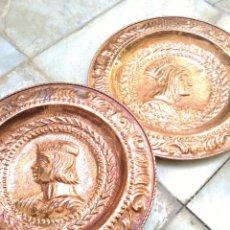 Antigüedades: PAREJA PLATOS DE COBRE 1920 REYES CATÓLICOS. Lote 165736064