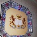 Antigüedades: PAREJA DE PLATOS EN PORCELANA FRANCESA CON ESCUDOS HERÁLDICOS FINES DEL SIGLO XIX. Lote 165747068