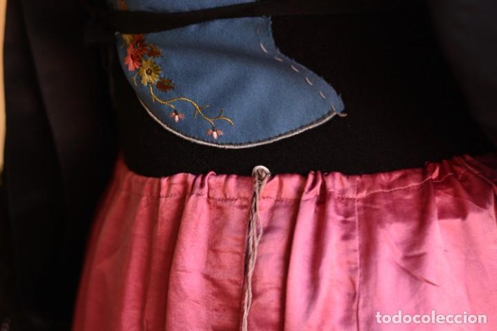 Antigüedades: Falda antigua de seda rosa decorada con jaretas horizontales y haciendo bonitas formas - Foto 2 - 165759786