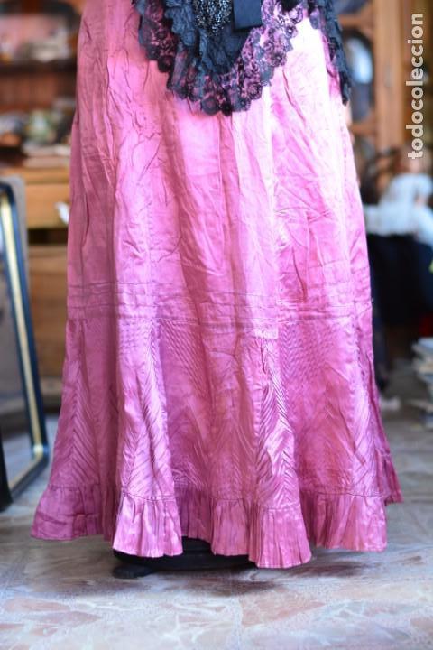 Antigüedades: Falda antigua de seda rosa decorada con jaretas horizontales y haciendo bonitas formas - Foto 4 - 165759786