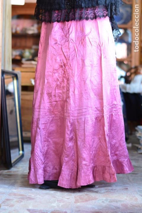 Antigüedades: Falda antigua de seda rosa decorada con jaretas horizontales y haciendo bonitas formas - Foto 5 - 165759786