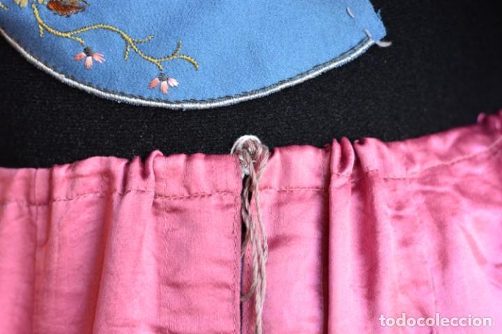 Antigüedades: Falda antigua de seda rosa decorada con jaretas horizontales y haciendo bonitas formas - Foto 7 - 165759786