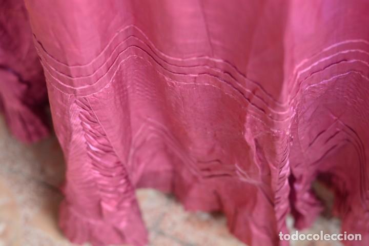 Antigüedades: Falda antigua de seda rosa decorada con jaretas horizontales y haciendo bonitas formas - Foto 8 - 165759786