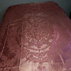 Antigüedades: COLCHA ANTIGUA ADAMASCADA ROSA CON FLECO.. Lote 165848193