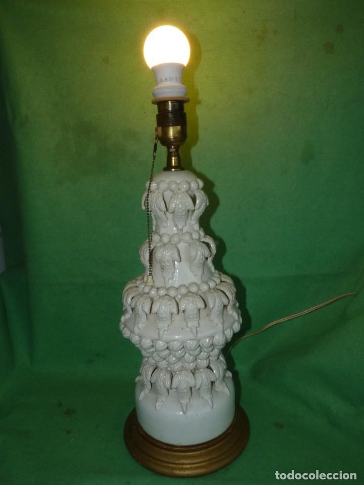 PRECIOSA LAMPARA ANTIGUA CERAMICA BONDIA MANISES VFLORES BLANCA PEANA MADERA DORADA VINTAGE AÑOS 60 (Antigüedades - Porcelanas y Cerámicas - Manises)