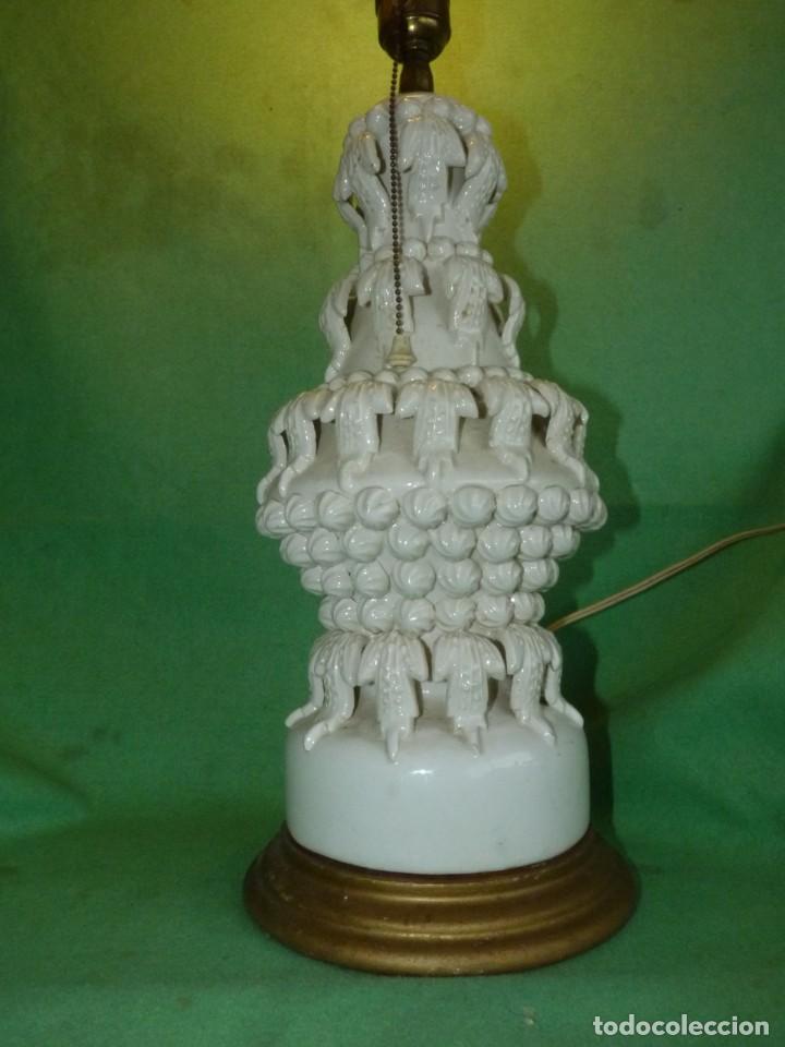 Antigüedades: Preciosa lampara antigua ceramica Bondia Manises vflores blanca peana madera dorada vintage años 60 - Foto 4 - 165896142