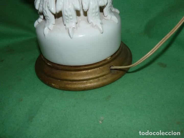 Antigüedades: Preciosa lampara antigua ceramica Bondia Manises vflores blanca peana madera dorada vintage años 60 - Foto 6 - 165896142
