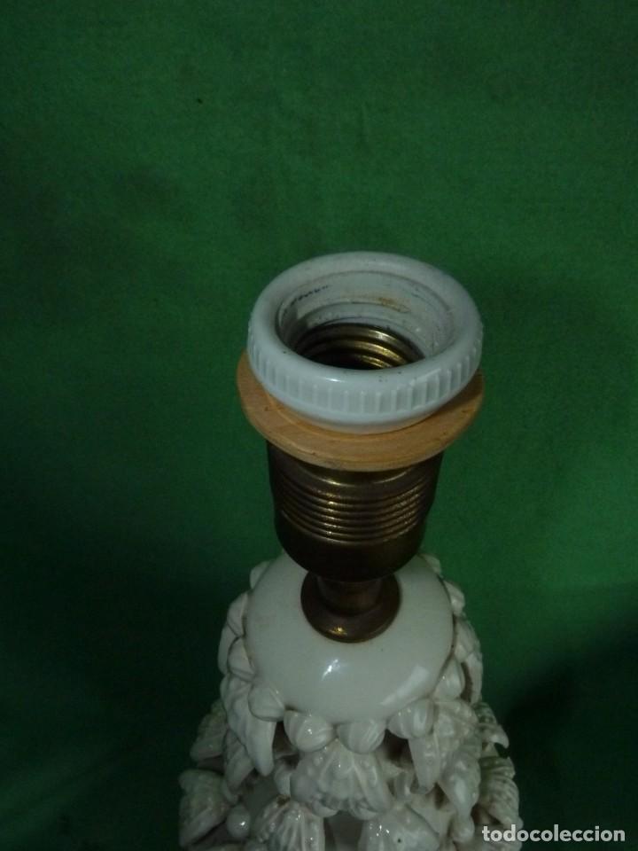 Antigüedades: Preciosa lampara antigua ceramica Bondia Manises vflores blanca peana madera dorada vintage años 60 - Foto 7 - 165896142