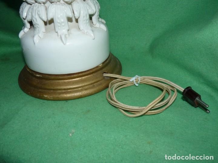Antigüedades: Preciosa lampara antigua ceramica Bondia Manises vflores blanca peana madera dorada vintage años 60 - Foto 8 - 165896142