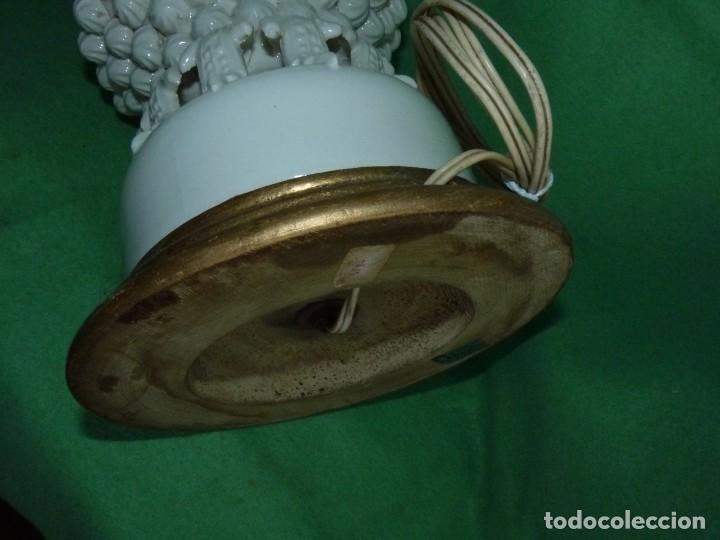Antigüedades: Preciosa lampara antigua ceramica Bondia Manises vflores blanca peana madera dorada vintage años 60 - Foto 9 - 165896142