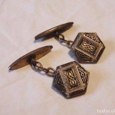 Antigüedades: BELLOS ANTIGUOS GEMELOS ORO DAMASQUINADO TOLEDO. Lote 165905122