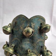 Antigüedades: ANTIGUO COLLAR O PULSERA PATA DE CABALLO CON 11 CASCABELES DE BRONCE. Lote 165959706