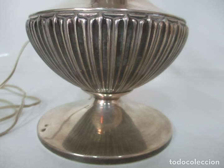 Antigüedades: Preciosa Lámpara Sobremesa, Quinque - Pie en Plata de Ley, con Contrastes -Tulipa Cristal Opalina - Foto 3 - 165984446