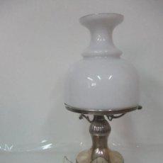 Antigüedades: PRECIOSA LÁMPARA SOBREMESA, QUINQUE - PIE EN PLATA DE LEY, CON CONTRASTES -TULIPA CRISTAL OPALINA . Lote 165984446