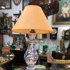 Antigüedades: PRECIOSA LAMPARA REALIZADA EN CERAMICA CON MEDIDA 60 CM SIN CAMPANA - MANISES ?¿. Lote 166036966