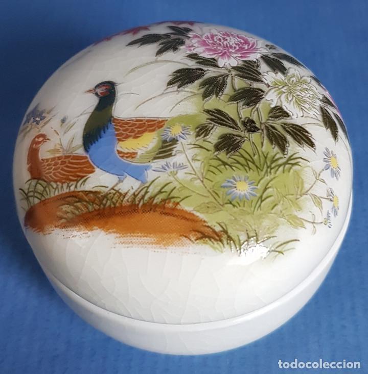 CAJITA JOYERO DE PORCELANA JAPONESA EN BLANCO Y FIGURAS DE AVES EN TAPA (Antigüedades - Porcelana y Cerámica - Japón)
