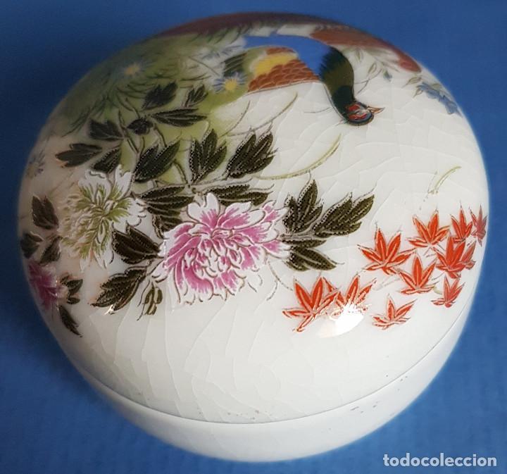 Antigüedades: Cajita joyero de porcelana japonesa en blanco y figuras de aves en tapa - Foto 3 - 206162000