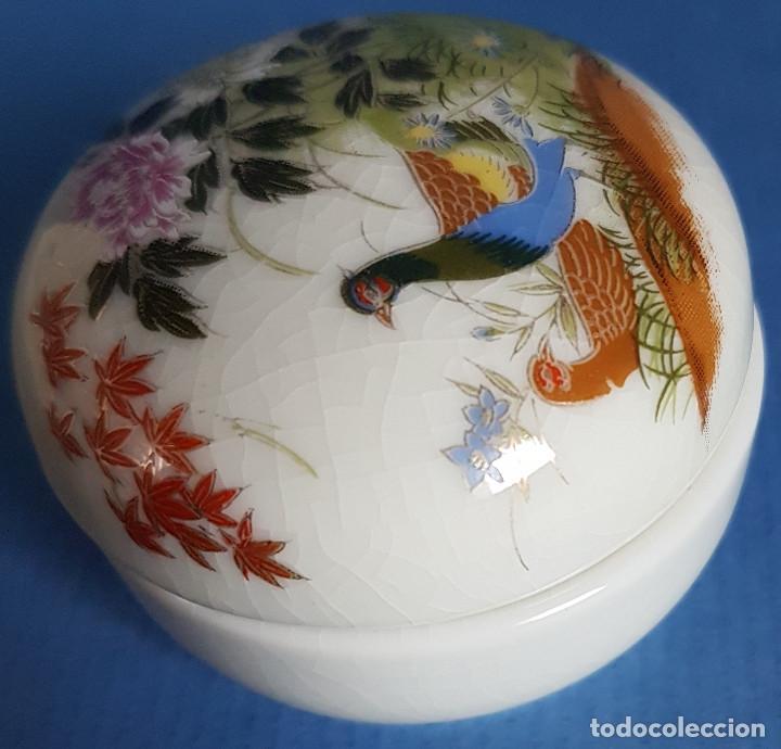 Antigüedades: Cajita joyero de porcelana japonesa en blanco y figuras de aves en tapa - Foto 4 - 206162000