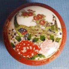 Antigüedades: CAJITA JOYERO DE PORCELANA JAPONESA EN ROJO Y DORADO, TAPA CON AVES SOBRE BLANCO. Lote 166064466