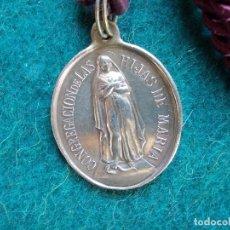 Antigüedades: MEDALLA ANTIGUA CON CORDON CONGREGACION DE LAS HIJAS DE MARIA SANTA TERESA. Lote 166090130