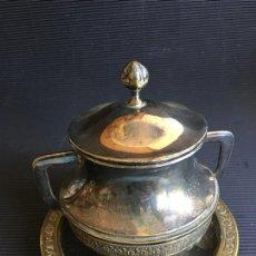 Antigüedades: MAGNIFICO AZUCARERO DE LATON?, PLATEADO Y REPUJADO, CON TAPA Y PLATO. Lote 166117978