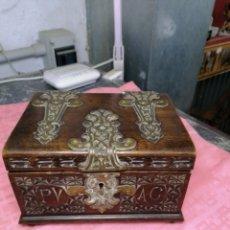 Antigüedades: CAJA TALLADA CON HERRAJES DE METAL. Lote 166123509