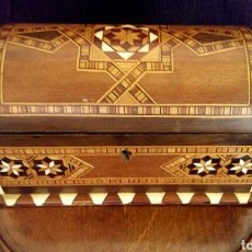 Antigüedades: ANTIGUO COFRE. CAJA DE TARACEA. FINALES DEL SIGLO XIX. CON INCRUSTACIONES DE MARFIL Y MADERAS NOBLES. Lote 166140677