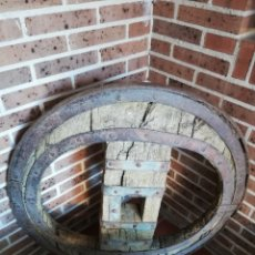 Antigüedades: ANTIGUA RUEDA GALLEGA EN HIERRO FORJADO Y MADERA. Lote 166194058