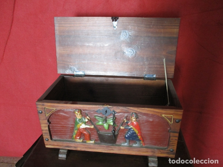 ARCA PEQUEÑA TALLADA (Antigüedades - Muebles Antiguos - Baúles Antiguos)