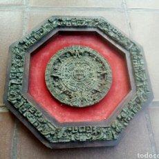 Antigüedades: GRAN MEDALLON CON CALENDARIO AZTECA SÍMIL DE MOSAICO DE PIEDRAS VERDES. Lote 166298469