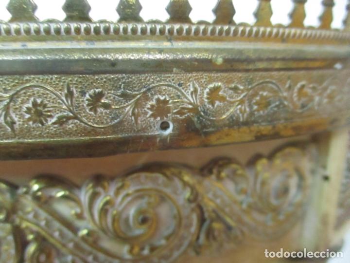 Antigüedades: Curiosa Mesa de Centro - Art Deco - Madera Policromada - Decoraciones en Bronce - Años 20 - Foto 17 - 166301922