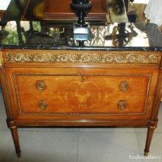 Antiquités: MUY BONITA CÓMODA DE MARQUETERÍA Y BRONCE. Lote 166306190