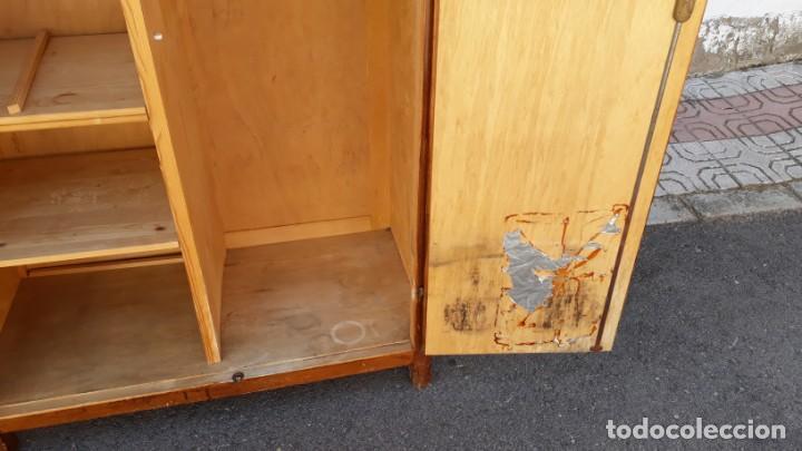 Antigüedades: Pequeño armario ropero antiguo vintage estilo industrial. - Foto 12 - 166323638