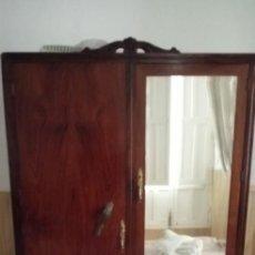 Antigüedades: ROPERO ANTIGUO, CON ESPEJO.. Lote 166325618