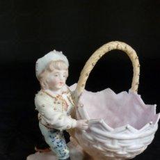 Antigüedades: FIGURA DE INFANTE CON GRAN CESTO. PORCELANA. PERIODO VICTORIANO. S. XIX.. Lote 47072849