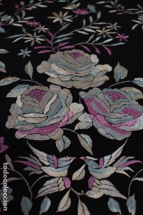 Antigüedades: manton de manila seda bordada a mano tono azules y rosa flores y pájaros, 138x138 mas flecos - Foto 4 - 166405254