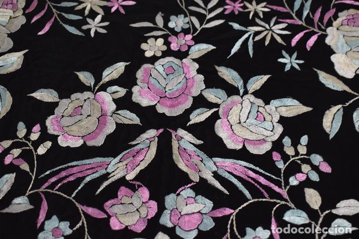 Antigüedades: manton de manila seda bordada a mano tono azules y rosa flores y pájaros, 138x138 mas flecos - Foto 5 - 166405254