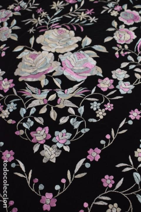 Antigüedades: manton de manila seda bordada a mano tono azules y rosa flores y pájaros, 138x138 mas flecos - Foto 6 - 166405254