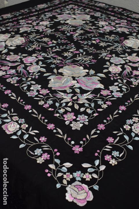 Antigüedades: manton de manila seda bordada a mano tono azules y rosa flores y pájaros, 138x138 mas flecos - Foto 3 - 166405254