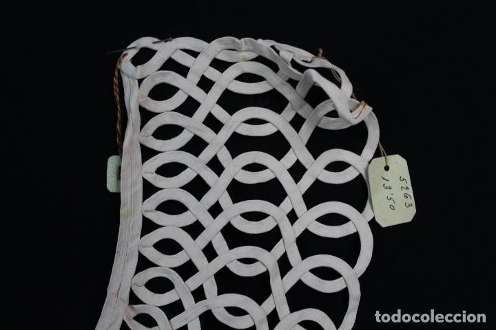 Antigüedades: 112A Precioso cuello de seda con etiqueta de origen, realizado a mano, s XIX - Foto 2 - 166498434