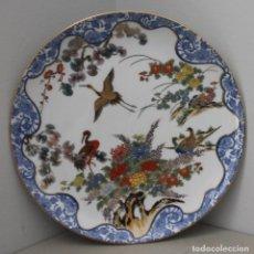 Antigüedades: PLATO DE PORCELANA JAPONESA ADORNADOS AVES Y FLORES EN VIVOS COLORES Y BORDES DORADOS - SELLO MARCAS. Lote 166518150