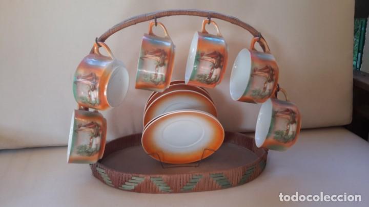 JUEGO DE TAZAS Y PLATOS CON EXPOSITOR DE MIMBRE (Antigüedades - Porcelanas y Cerámicas - Otras)