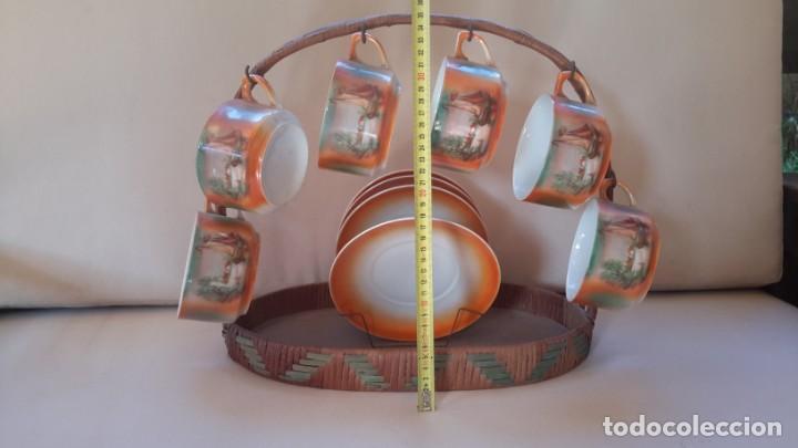 Antigüedades: Juego de tazas y platos con expositor de mimbre - Foto 2 - 166521614