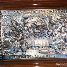 Antigüedades: ANTIGUA CUADRO DE LA ULTIMA CENA DE JESUS REPUJADO CON MARCO DE MADERA 45 X 62 CM. Lote 166609394