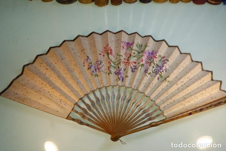 Abanico Antiguo Pintado A Mano Decoración Floral Madera Y Papel Firmado Dos Caras Decoradas
