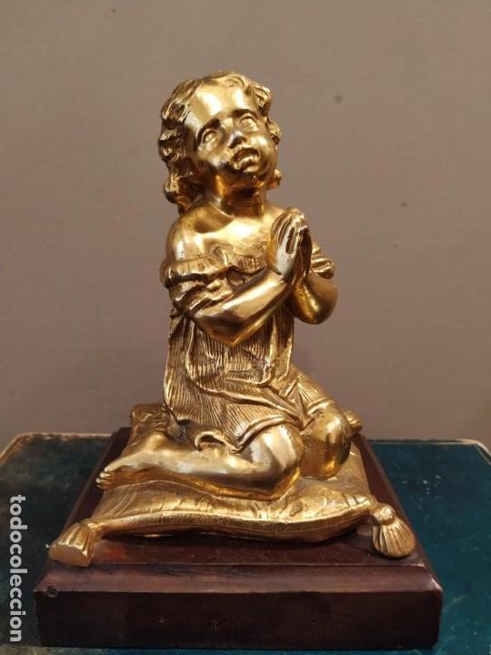 NIÑA ORANDO REZANDO METAL DORADO Y BASE MADERA (Antigüedades - Hogar y Decoración - Figuras Antiguas)