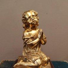 Antigüedades: NIÑA ORANDO REZANDO METAL DORADO Y BASE MADERA . Lote 166665642