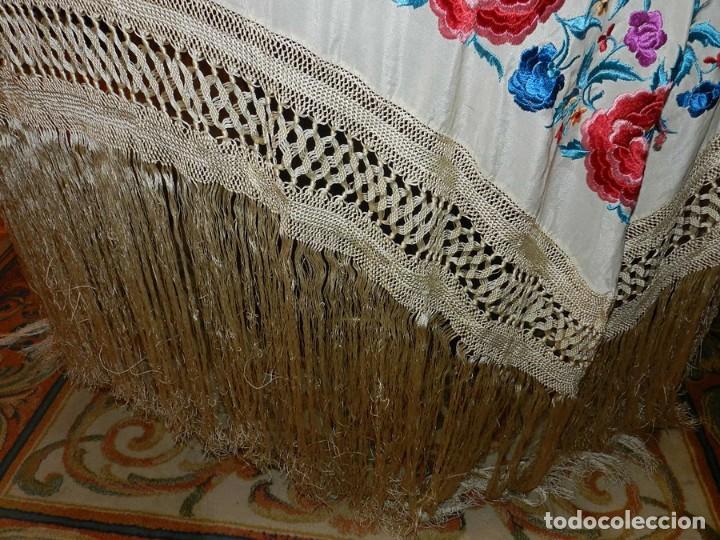 Antigüedades: MANTON DE MANILA FILIPINAS DE SEDA BORDADO CON FLORES, MIDE 140 X 140 CMS. SIN CONTAR LOS FLECOS - Foto 11 - 166747913