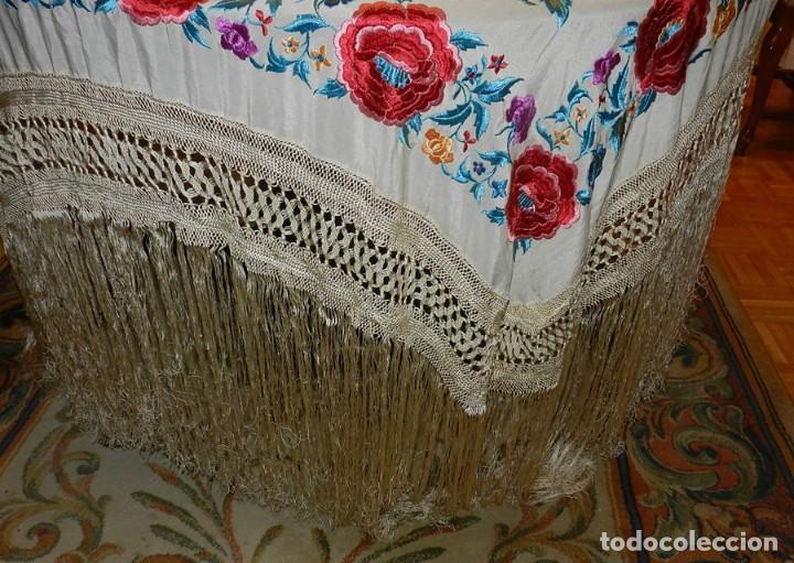 Antigüedades: MANTON DE MANILA FILIPINAS DE SEDA BORDADO CON FLORES, MIDE 140 X 140 CMS. SIN CONTAR LOS FLECOS - Foto 15 - 166747913
