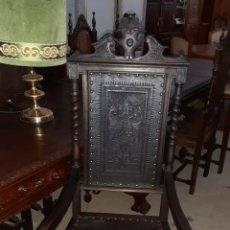 Antigüedades: SILLON DE DESPACHO. CUERO REPUJADO. Lote 166755841